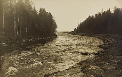 Jalonkoskea esittävän kuvan vasemassa reunassa näkyy kivinen penger, möljä. Kuva: Jalonkoski, postikortti, Nyrkkiposti 1932, Suomussalmen kotiseutuarkisto.