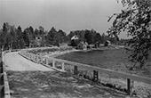 Näkymä Kirkkoniemestä mantereen puolelle 1950-1960 -luvulta. Sillan päässä näkyy linja-auto. Nykyistä laituria ei ole vielä rakennettu. Kuva: Kaarlo Tauriainen
