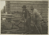 Luokin painaminen Tuovilanlahden Kalapurossa Maaningalla. Kuva: Ahti Rytkönen, museovirasto